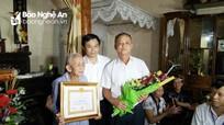 Quỳ Hợp: Trao Huy hiệu 70 tuổi Đảng cho đảng viên lão thành