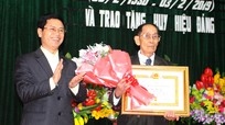 Đồng chí Nguyễn Xuân Sơn trao Huy hiệu 70 năm tuổi Đảng cho đảng viên ở Nghi Lộc