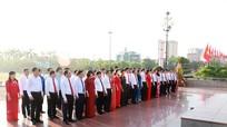 Đoàn đại biểu Đảng bộ Khối Các cơ quan tỉnh Nghệ An dâng hoa báo công với Chủ tịch Hồ Chí Minh