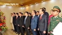 Đoàn đại biểu dự Đại hội Đảng bộ tỉnh Nghệ An dâng hoa, báo công với Bác Hồ
