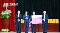 Phó Chủ tịch nước Đặng Thị Ngọc Thịnh trao quà cho người dân và học sinh nghèo tại Thanh Chương  