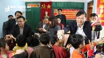 Phó Chủ tịch UBND tỉnh Lê Hồng Vinh thăm, tặng quà tại Đô Lương