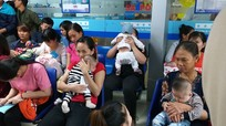 """Nghệ An: Quá tải ở điểm tiêm vắc xin """"6 trong 1"""" cho trẻ"""