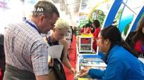 Du khách thích thú khi thưởng thức đặc sản Nghệ An tại hội chợ quốc tế
