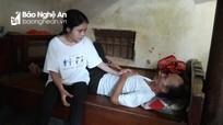 Bố nằm liệt giường, mẹ đau yếu, nữ sinh đậu đại học Ngoại Thương không thể đi học