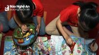 Học sinh rẻo cao Nghệ An vẽ tranh trên sản phẩm tre nứa tặng mẹ và cô giáo nhân ngày 20/10