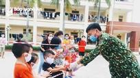Trẻ em trong khu cách ly ở Nghệ An được nhận quà 'Trung thu sớm'!