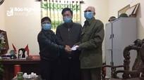 Cụ ông Nghệ An bị mù nhờ người chở đi ủng hộ 5 triệu đồng phòng, chống Covid-19