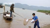 Tình nguyện viên huyện Thanh Chương 'ship' bài tận nhà cho học sinh