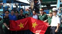Tặng 4.500 lá cờ Tổ quốc và nhiều suất quà cho ngư dân huyện Diễn Châu