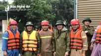 Công an Nghệ An tăng cường lực lượng đến tâm vùng lũ để hỗ trợ người dân