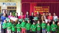 Phật tử chùa Đức Hậu tặng quà cho học sinh và người khiếm thị