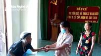 Cụ bà 100 tuổi ở Nghệ An chống gậy đi ủng hộ Quỹ phòng, chống Covid-19
