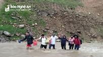 Gian nan cảnh giáo viên vùng cao Nghệ An vượt lũ đến trường