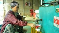 Lo sợ dầu ăn bẩn trên thị trường, người dân Nghệ An đổ xô đi ép dầu về dùng
