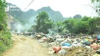 Bãi rác bốc khói nghi ngút sát ngay nghĩa trang huyện Quỳ Châu