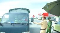 Nhóm xe được ưu tiên đi qua các chốt ở thành phố Vinh