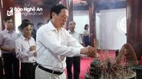 Đoàn công tác của tỉnh dâng hương tại Nghĩa trang liệt sỹ Việt - Lào
