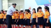 Trao tặng hàng trăm mũ bảo hiểm cho học sinh lớp 1 ở TP. Vinh