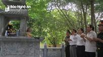 Phó Chủ tịch UBND tỉnh dâng hương tại Nghĩa trang liệt sỹ Đường sắt và hang Hỏa Tiễn