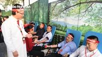 Giám đốc Sở y tế cùng 1.200 y, bác sỹ hiến máu trong ngày hội 'Giọt hồng Blouse trắng' ở Nghệ An