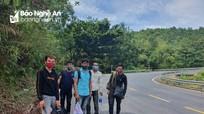 Tình thế 'mắc kẹt' của nhóm lao động Nghệ An đi bộ từ Đà Nẵng để về quê