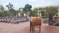 Phó Chủ tịch UBND tỉnh Bùi Đình Long đánh trống khai giảng năm học mới ở Trường THPT Diễn Châu 3