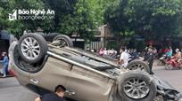 Ô tô lật ngửa giữa đường phố Vinh, tài xế may mắn thoát nạn
