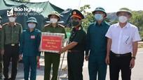 Ban Chỉ đạo tỉnh thăm và tặng quà lực lượng chống dịch ở thị xã Hoàng Mai