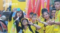 Nhiều CĐV nữ xinh đẹp 'tiếp lửa' trận SLNA - Nam Định