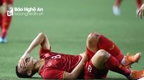 Đầu gối Trọng Hoàng rướm máu vì cầu thủ U22 Campuchia phạm lỗi thô bạo