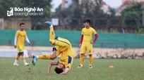 Phan Văn Đức và đồng đội bị HLV Quang Trường phạt vì tập sút ra ngoài
