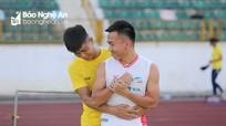 Phan Văn Đức và cầu thủ SLNA trêu ghẹo Ngọc Hải, Nguyên Mạnh trên sân Vinh