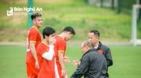 HLV Park Hang-seo gọi riêng Công Phượng ra chỉ giáo thêm