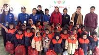 Trao 226 suất quà cho người dân và học sinh xã Na Loi (Kỳ Sơn)