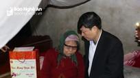 Trưởng Ban Tuyên giáo, Nội chính, Chủ nhiệm Ủy ban kiểm tra Tỉnh ủy tặng quà người nghèo