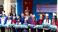Tặng 130 suất quà cho học sinh xã Mỹ Lý (Kỳ Sơn)