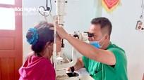 Gần 200 người cao tuổi Tân Kỳ được khám mắt miễn phí