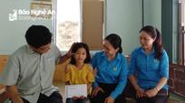 Tương Dương tặng quà cho công nhân có hoàn cảnh khó khăn