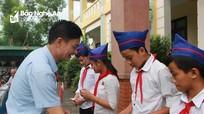 Nghi Lộc: Trao 60 thẻ BHYT cho học sinh có hoàn cảnh khó khăn