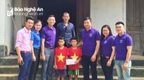Tặng quà cho học sinh nghèo, mồ côi ở Đô Lương