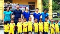 Trao quà trị giá 40 triệu đồng cho trẻ em nghèo ở Tương Dương