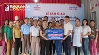 Tặng thiết bị trường học trị giá 50 triệu đồng cho trường tiểu học ở Con Cuông