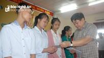 Đài Tiếng nói Việt Nam trao quà cho học sinh nghèo vượt khó huyện Yên Thành
