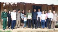 Ban Dân tộc tỉnh tặng quà cho học sinh nghèo, đối tượng chính sách ở huyện Quế Phong  