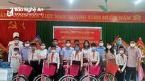 Ban Nội chính Tỉnh ủy tặng quà cho học sinh nghèo huyện Quỳ Châu