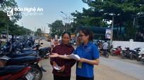 Thanh niên xung kích lập lại trật tự giao thông trước cổng trường