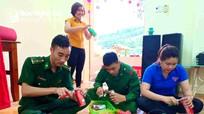 Giáo viên, bộ đội làm đèn Trung thu cho trẻ em nghèo vùng biên