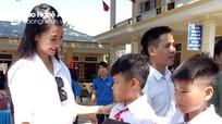 Người đẹp tài năng Hoa hậu Việt Nam tặng quà trung thu cho trẻ em Con Cuông