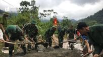 Bộ đội Biên phòng giúp dân bản vùng biên làm đường bê tông